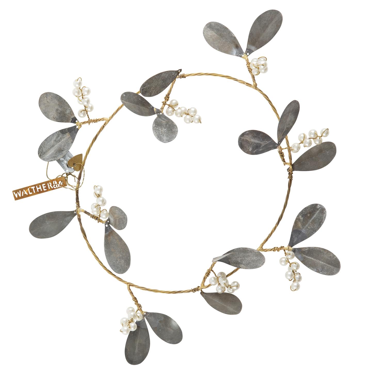 Couronne en métal avec feuilles en zinc et grappes en perles Walther Diamètre int. 20cm Diamètre ext. 35cm