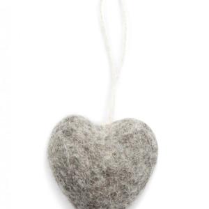 Petit cœur gris en laine feutrée à suspendre