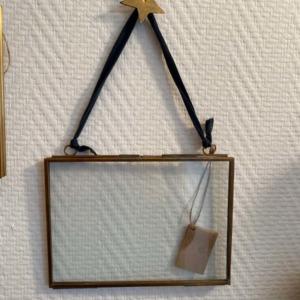 Petit cadre en verre et laiton à suspendre - Nkuku