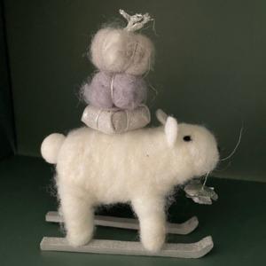 Petit ours blanc sur luge - Côté Table - H 15cm/ l 13cm