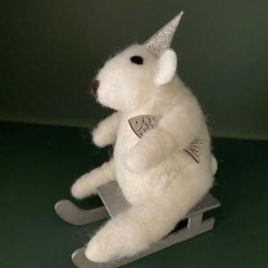 Petit ours blanc sur luge - Côté Table - H 15cm/ l 11cm