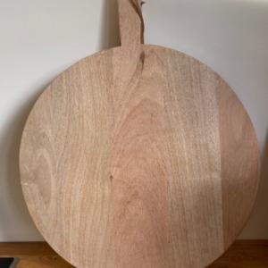 Planche PB3601 mango pizza board large en bois de manguier - Nkuku - Longueur 58cm/ diamètre 55cm