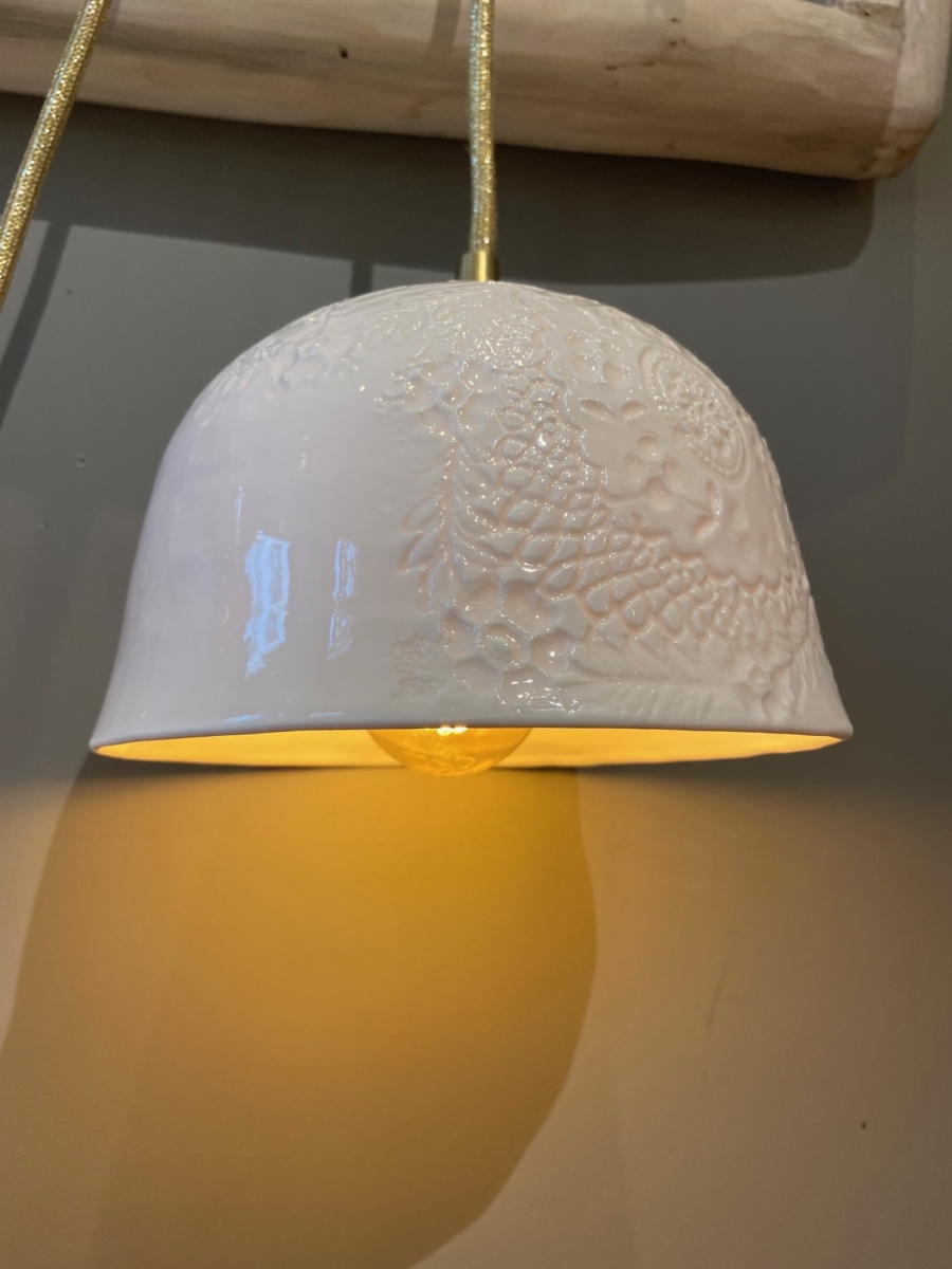 Baladeuse « Albertine » en porcelaine - Myriam Ait Amar - impression dentelle - fil pailleté or - petit modèle - émaillage extérieur brillant