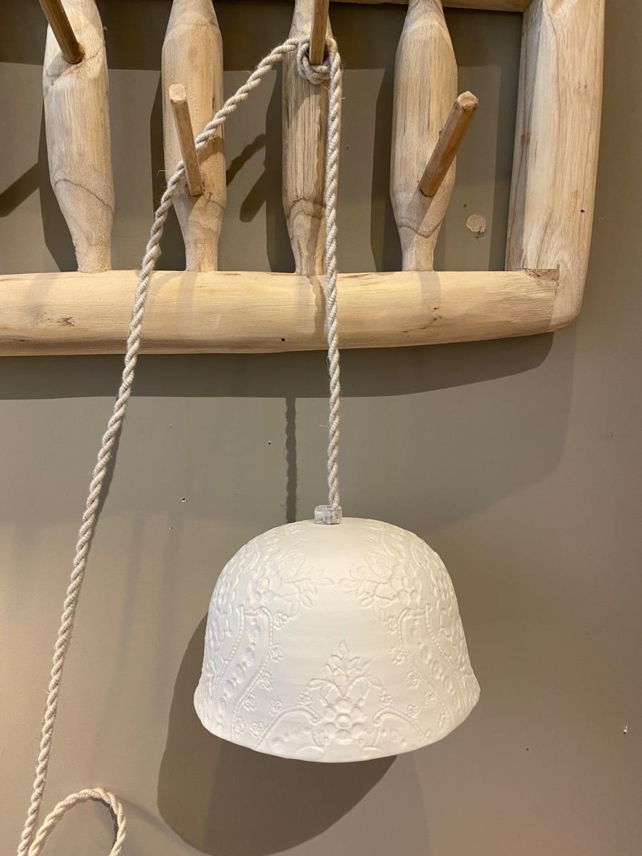 Baladeuse « Albertine » en porcelaine - Myriam Ait Amar - impression dentelle - fil torsadé en lin - grand modèle