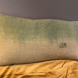 Coussin en coton garni - Bed and Philosophy - coloris « deep dye vert » avec petits points brodés 60x30cm
