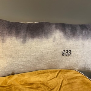 Coussin en coton garni - Bed and Philosophy - coloris « indigo » 30x60cm