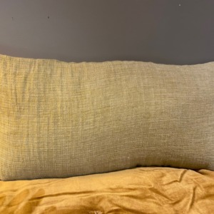 Coussin garni en lin changeant - Bed and Philosophy - déhoussable coloris « butternut » 30x60cm