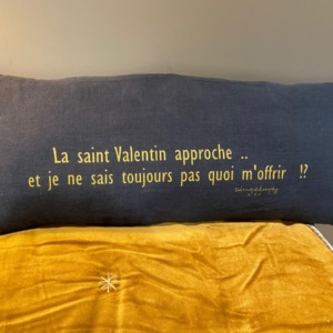 Coussin garni en lin déhoussable - Bed and Philosophy - coloris «charbon» avec impression or