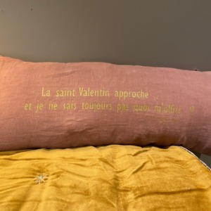 Coussin garni en lin déhoussable - Bed and Philosophy - coloris « rose bud » avec impression or - Saint Valentin