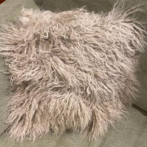 Coussin garni en mouton tibétain déhoussable - Fibre By Auskin - Coloris birch 35x35