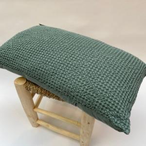 Coussin 100% nid d'abeille stonewashed en coton complet, déhoussable - vivaraise - Coloris vert de gris 30x50cm