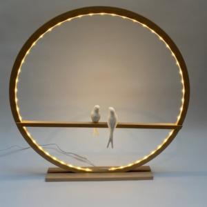 Lampe cercle led en bois naturel avec deux oiseaux en biscuit de porcelaine posés - 60cm