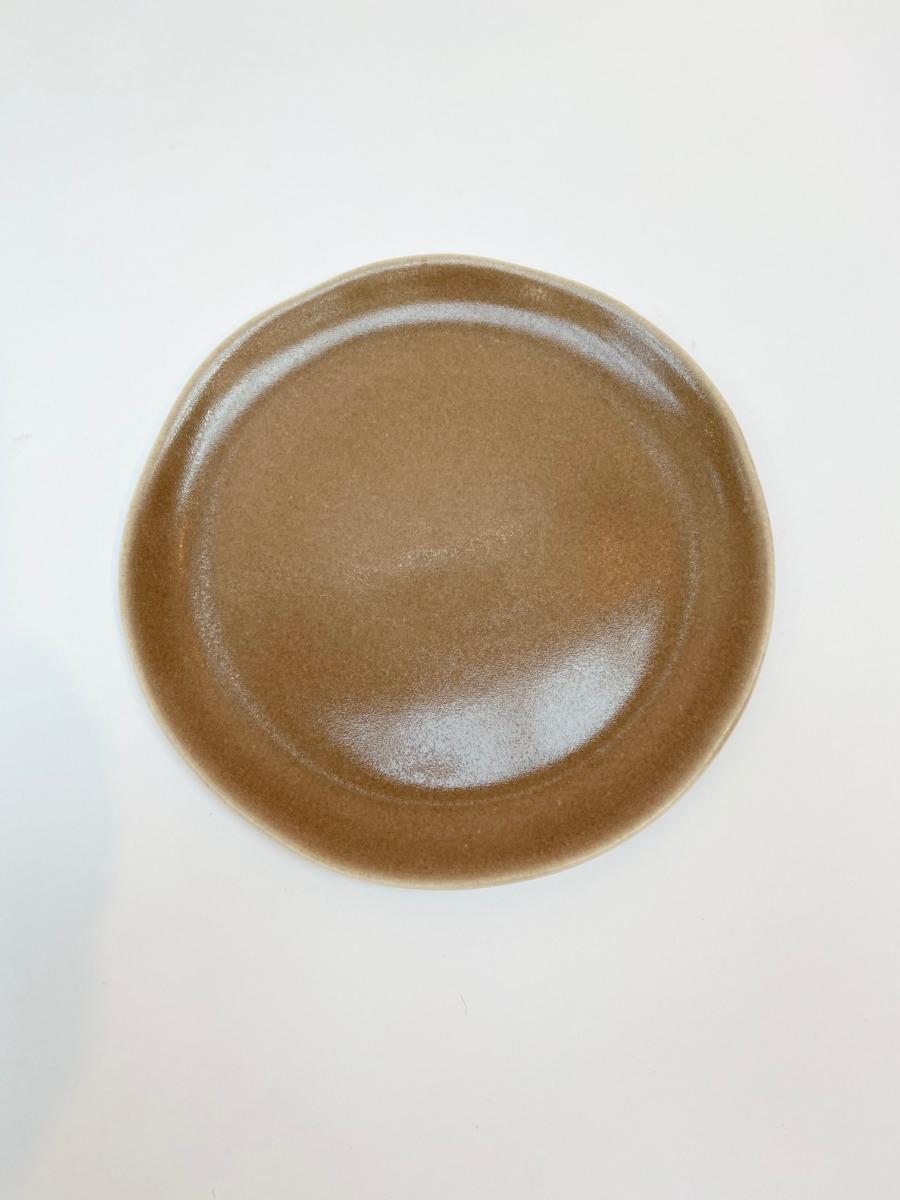 Assiette à dessert ronde en grès, Jars céramistes, Châtaigne, Diamètre 20cm, H: 1,5 cm, service Maguelone