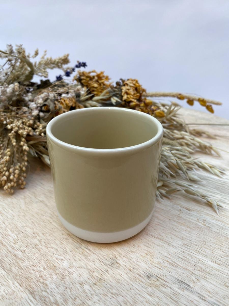 Gobelet en grès Jars céramistes, Coloris : Vert argile, Contenance 20 cl, Diamètre 7,5cm. H: 7cm , Service Cantine