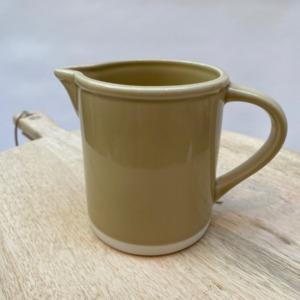 Pichet en grès, Jars céramistes, Coloris : Vert argile, Diamètre 11cm, H13,5cm, contenance 75cl, Service Cantine