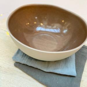 Saladier en grès, Jars céramistes, Châtaigne, Diamètre 22,5cm, H: 9,5cm, service Maguelone