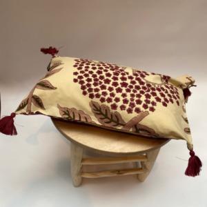 Coussin complet - Bungalow - Déhoussable en coton avec pompons Bordeaux aux 4 coins, 33/50cm