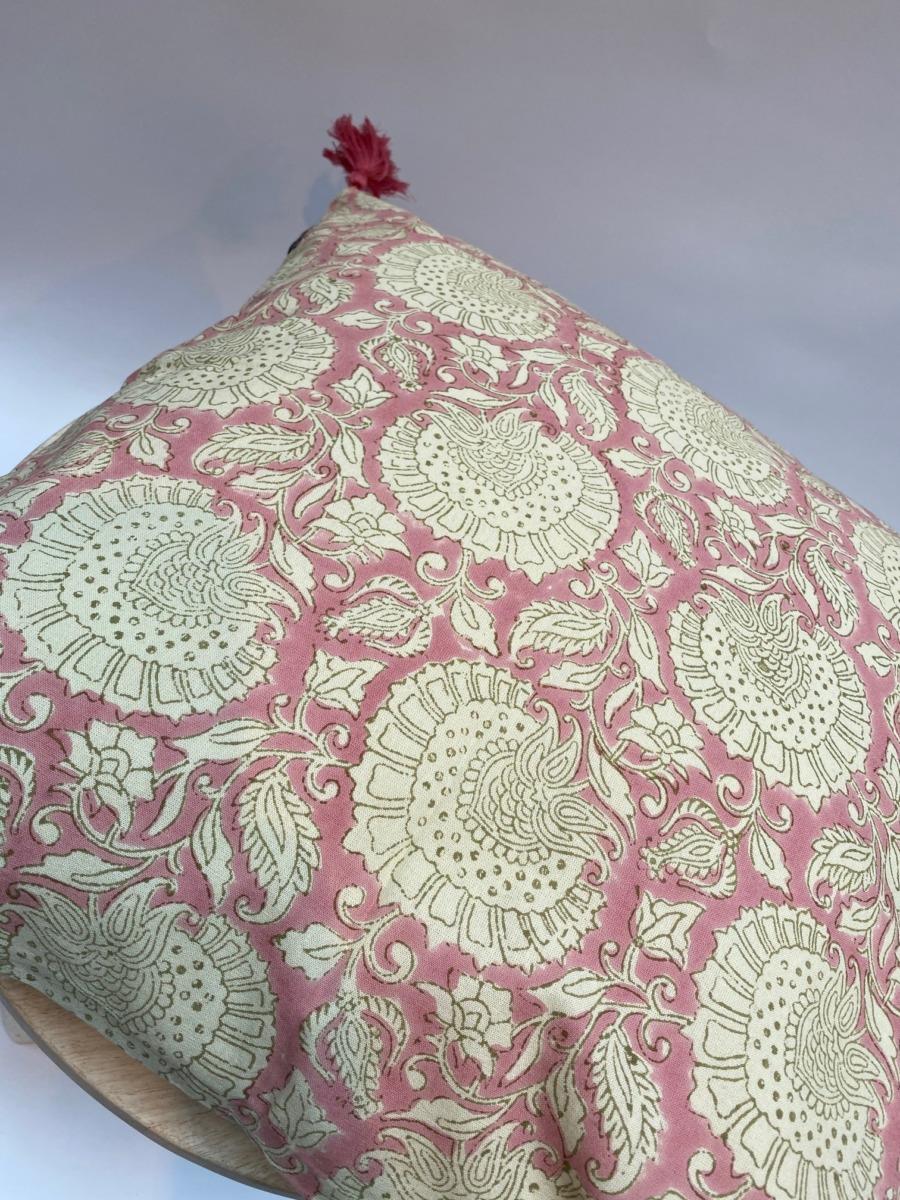 Coussin complet - Bungalow - Déhoussable en coton avec pompons roses aux 4 coins, 50/50cm
