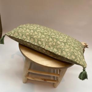 Coussin complet - Bungalow - Déhoussable en coton avec pompons verts aux 4 coins, 33/50cm
