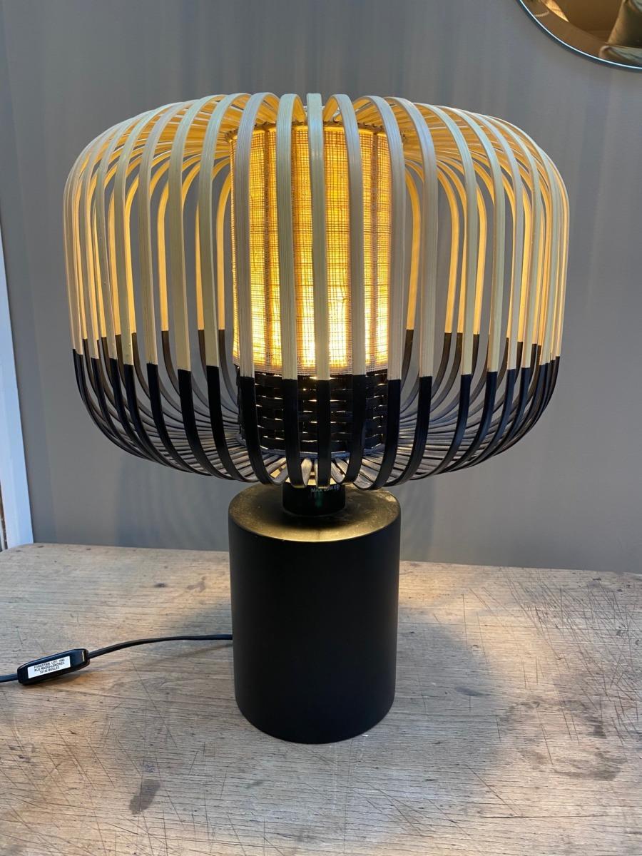 Lampe à poser en bambou naturel et noir, socle en métal noir. Hauteur totale 40cm Diamètre abat jour 35cm