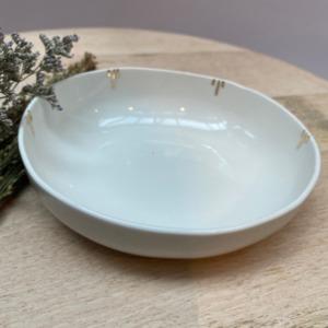 Petite coupelle creuse de 15cm de diamètre et 4cm de hauteur en porcelaine de Limoges avec retouches d'or tout autour à l'intérieur .