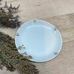 Petite sous tasse - Epure - de 10cm de diamètre et 1cm de hauteur en porcelaine de Limoges avec retouches d'or tout autour à l'intérieur .